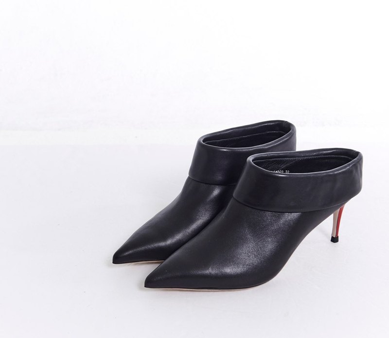 Pointed wide head bare boots black