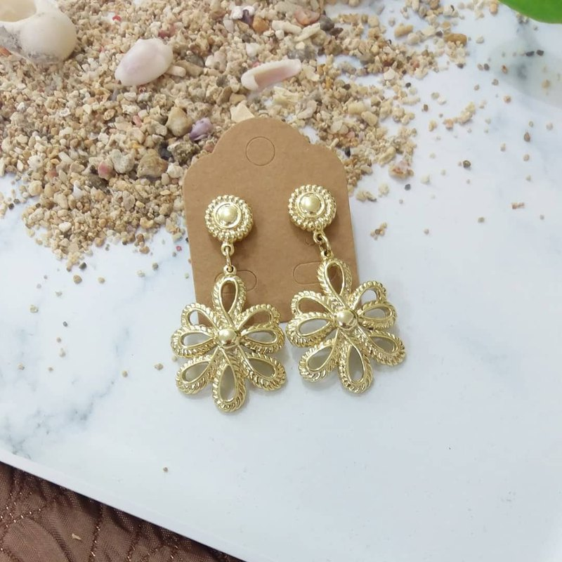 80's pale gold flower knot ear
