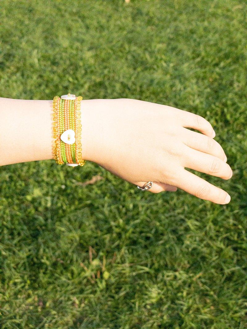 原住民媽媽純手工編織串珠 黃綠色浪漫愛心貝殼釦環手鍊