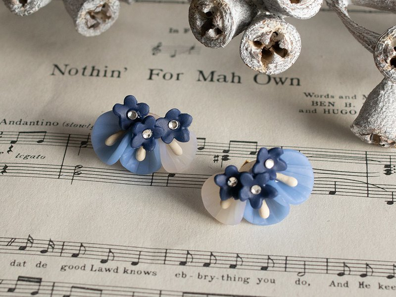 Petal Bouquet Earrings / Piercing / Small / Blue