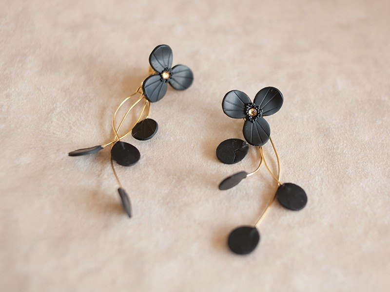 Flower Earrings / Earrings (Black)