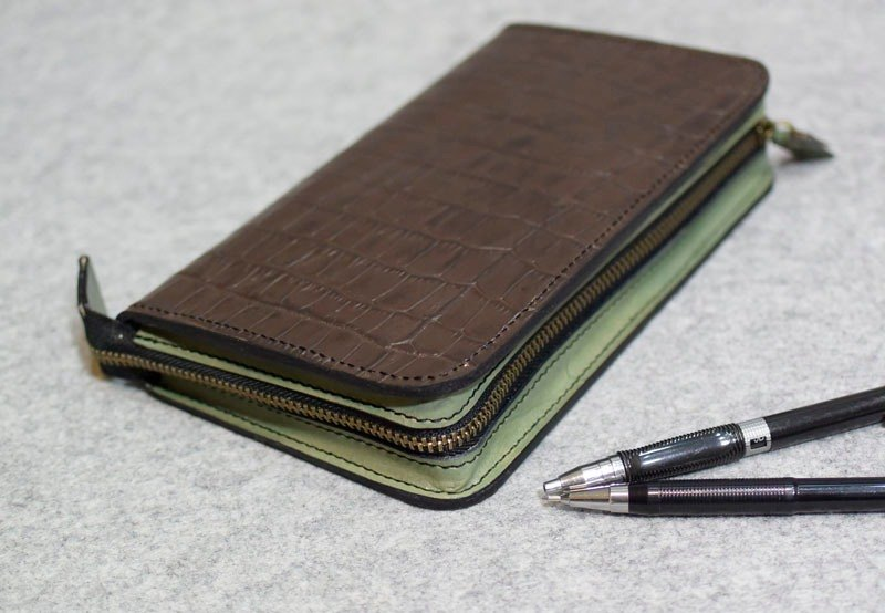 YOURS handmade leather zippered loose-leaf notebook A6 size coffee + green crocodile pattern leather