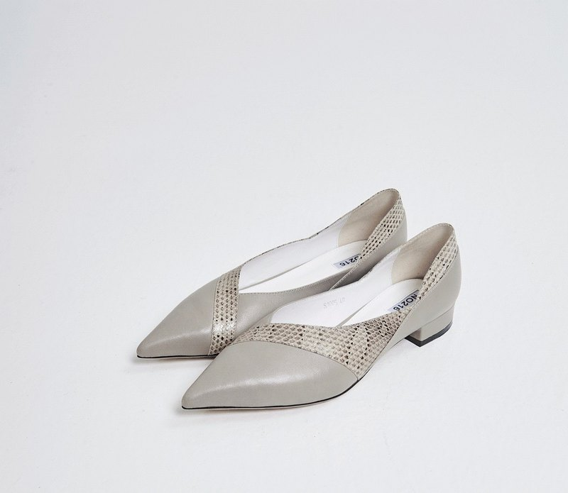 Line symmetrical pointed thick heel shoe ash