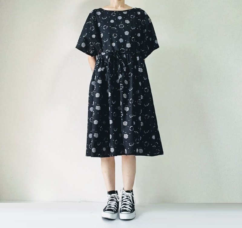 Gather one piece dress with ribbon Small flower bouquet cotton black