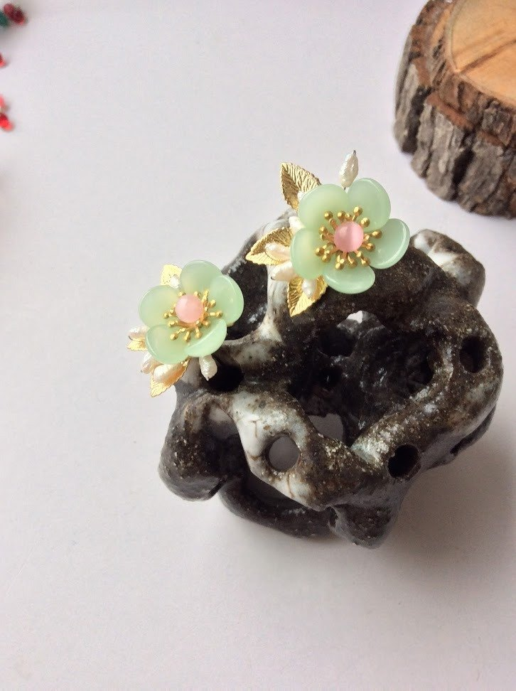 喵 hand made ~ plum blossom small hairpin (pair / gold bottom / fruit green)