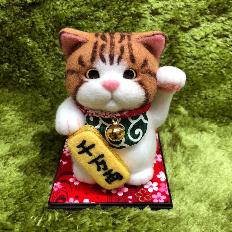 Round and lucky cat / brown tiger cat