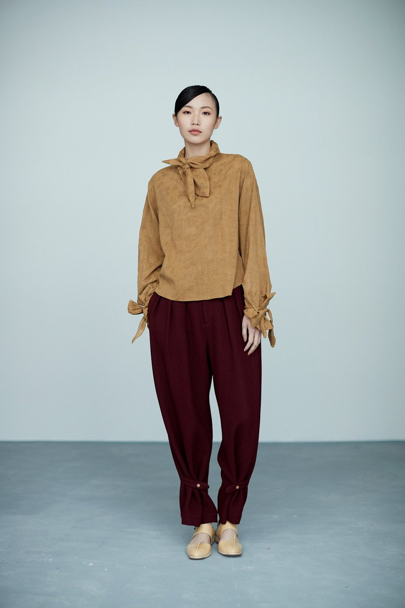 Earthy jacquard knotted collar top
