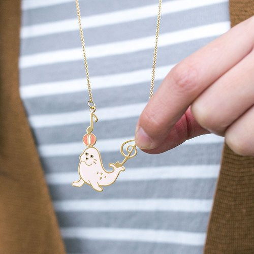 Play the ball of the seal / sea lion / sea dog hand long necklace