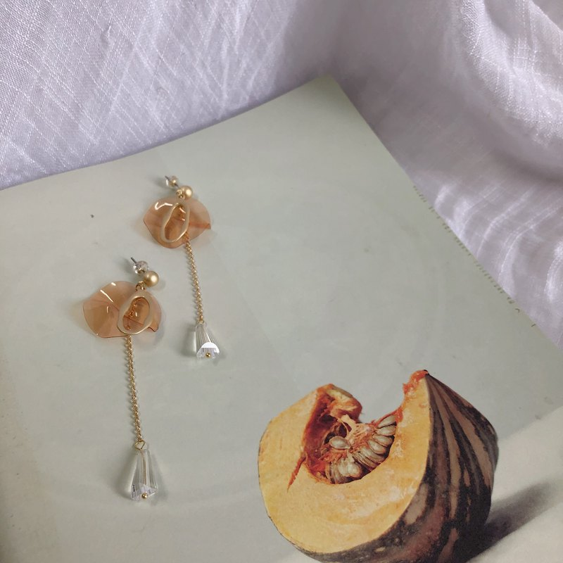 Different material earrings / pumpkin color gentle