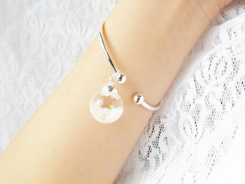 Rosy Garden Prism white snow flakes globe glass ball bangle