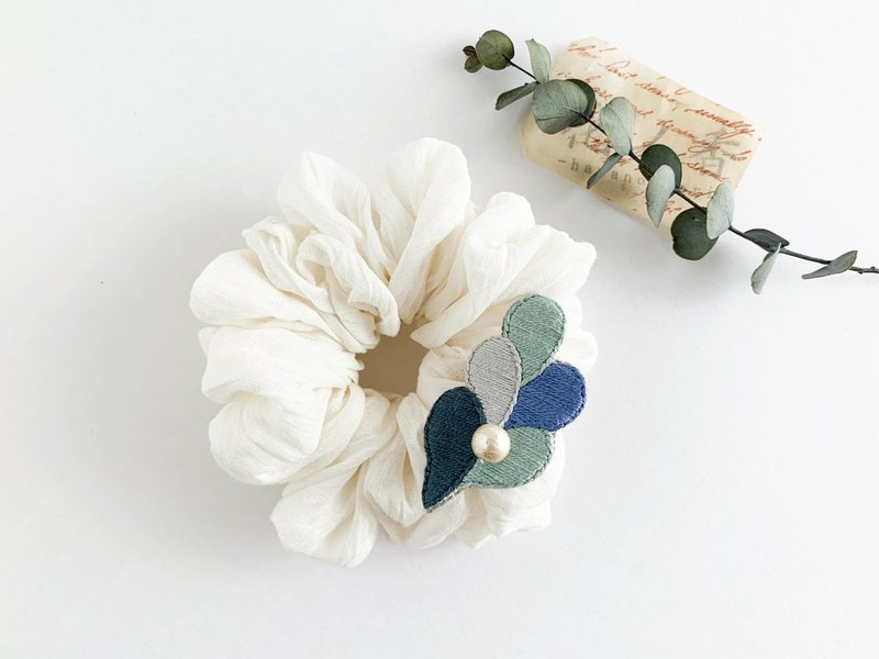 "Hair accessory: shushu ""embroidered × white linen"" (Type, B)"
