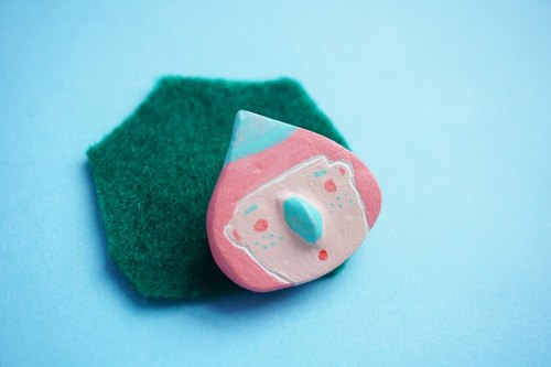 Hachii chestnut head series / pink green hat / stone plastic clay hand made small pin