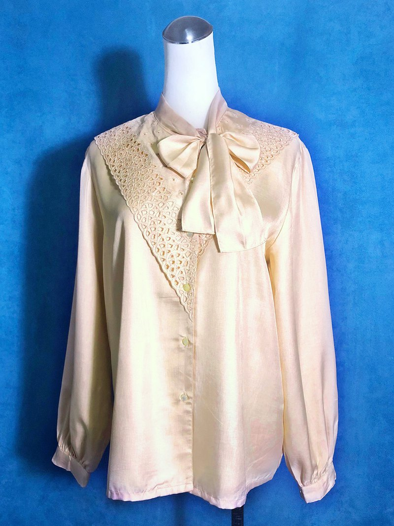 Asymmetrical embroidered long-sleeved vintage shirt / brought back to VINTAGE abroad