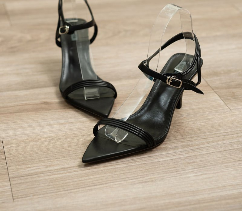 Pointed line open toe sandals black