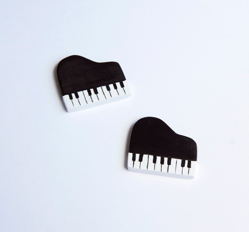 Piano. Small brooch