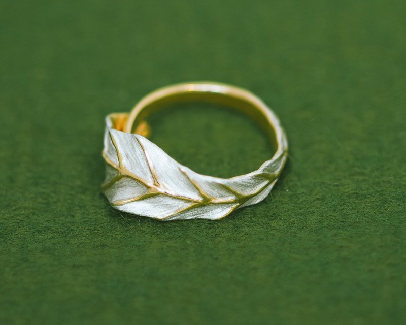 Classic Tea Leaf ring - free size - hypoallergenic - gold silver combination