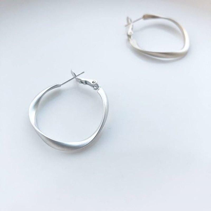 Matte twisting middle ring - fog silver earrings earrings (pair) = can change ear clip =