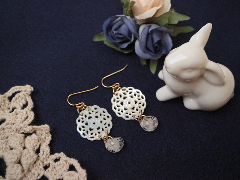 White butterfly shell lace and American lampwork beads Round pierced earrings White shell shellfish jade ball dragonfly stripe swaying elegance borosilicate glass glitter