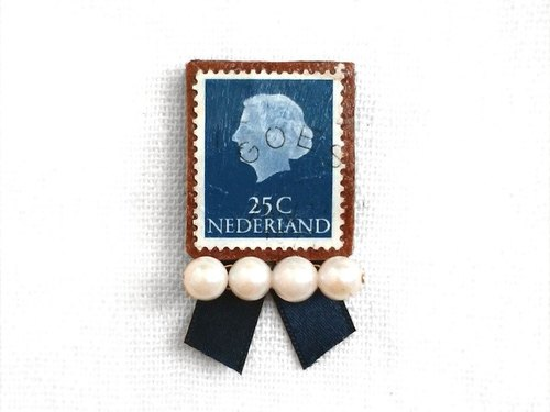* Queen's profile stamp (Pearl & Ribbon) brooch * Netherlands