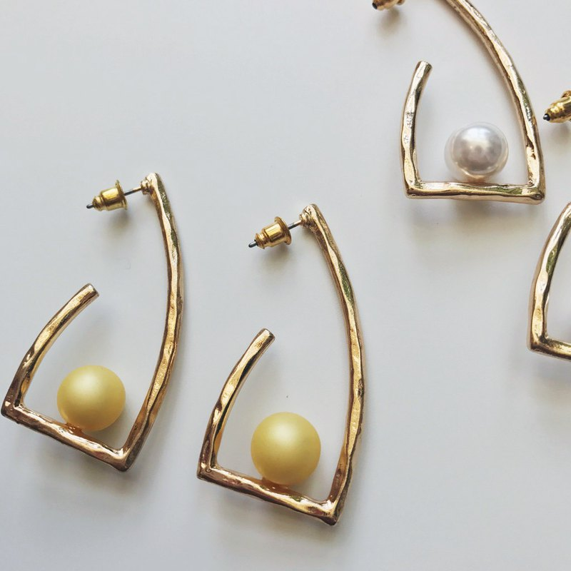 Marygo Stereo Curved Line Pearl Earrings