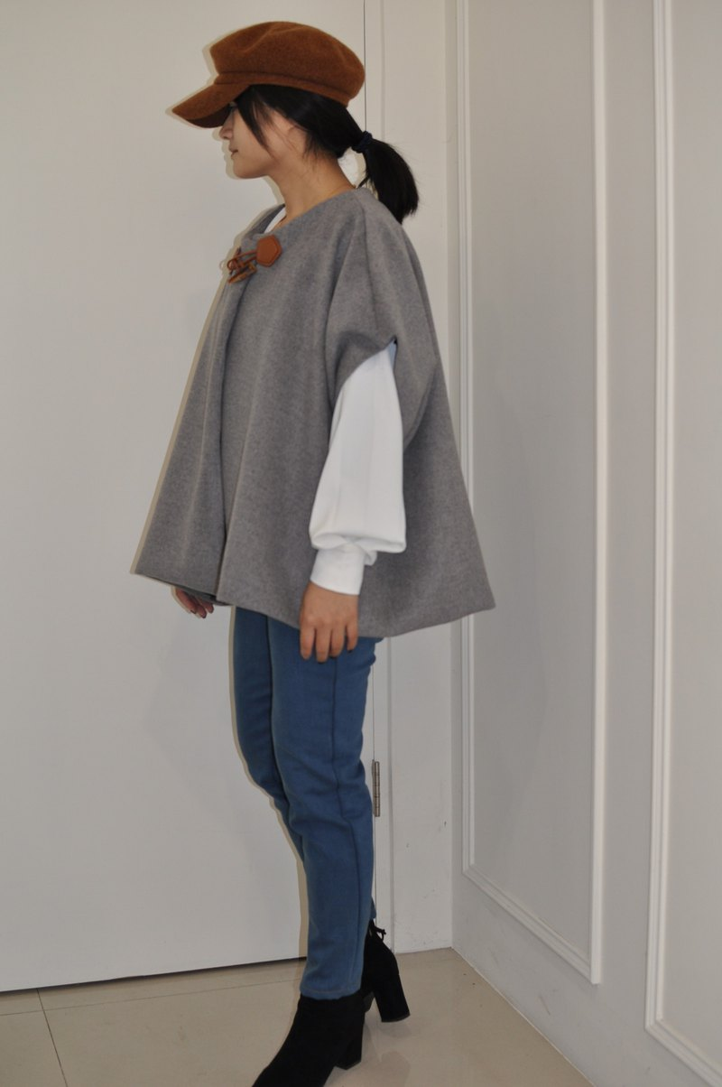 Flat 135 X Taiwan Designer Must Have 90% Fall Wool Worsted Cape Jacket Coat with Horn Buckle Shawl Coat Good Match Teens Dry Rose Gray