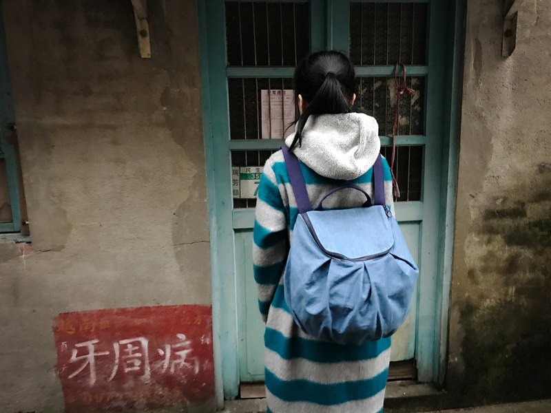 Wrinkled semi-circle bag / backpack / portable / tannin blue