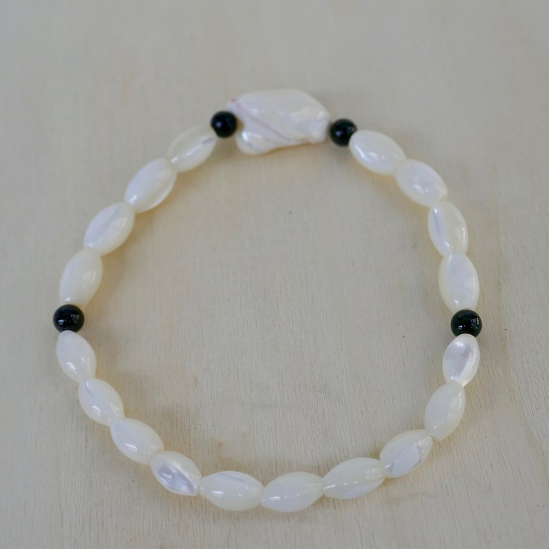 BR0381-Natural Gemstone Bracelet - Design and Manufacture - Natural Mother of Pearl and Black Onyx