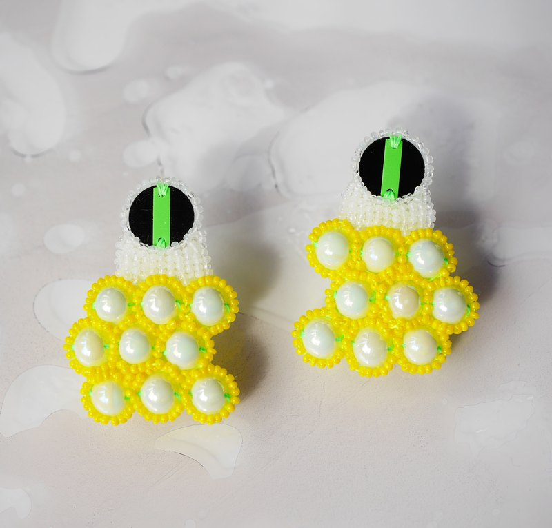 Bead embroidery/piercing/earring/biting/yellow