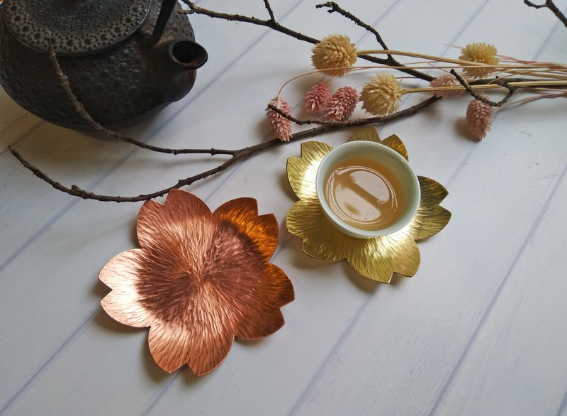 【daily. Handmade hammered cherry blossom cup holder / small dish / candle holder (red copper / brass)