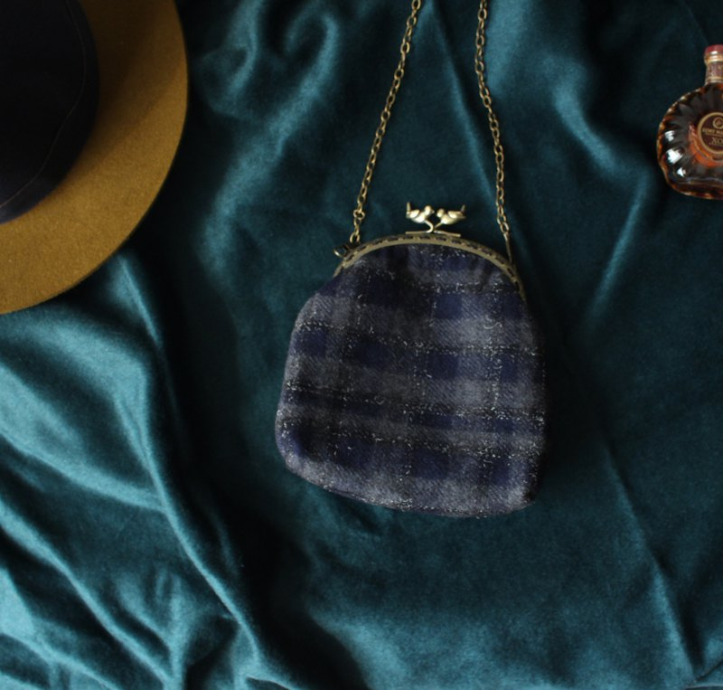 Plaid wool mouth gold bag