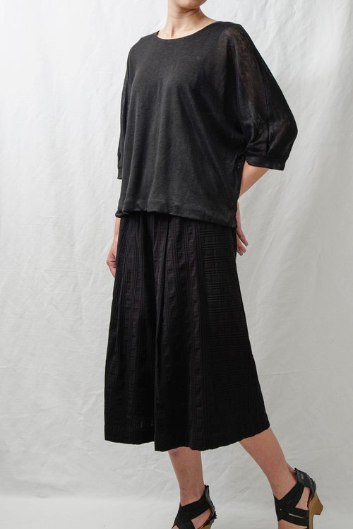 Textured embossing. Black cotton and linen wide pants. Spring and Summer | Ysanne