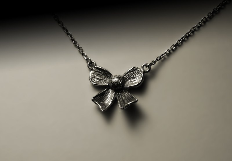 """Texture bow necklace"""