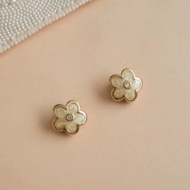 90s Golden White Cream Smoothie Flower Clip Earrings