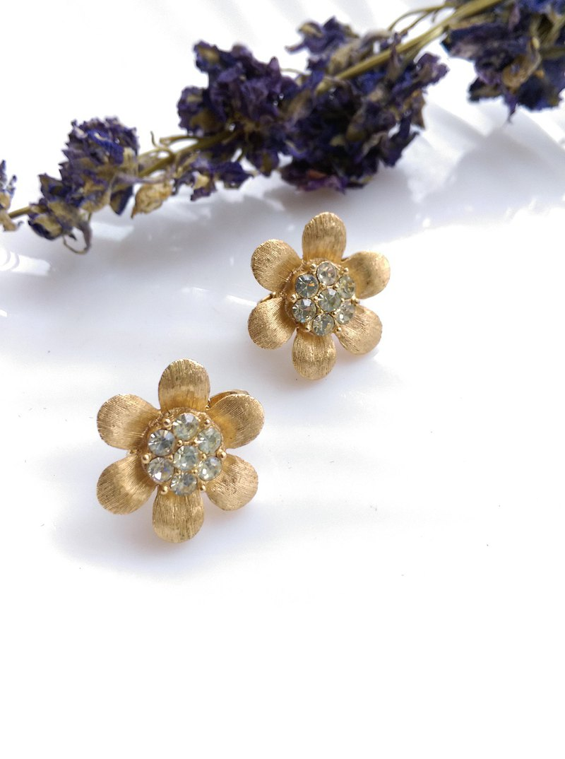 [Western antique jewelry / old age] 1970's TRIFARI pure small flower metal clip earrings