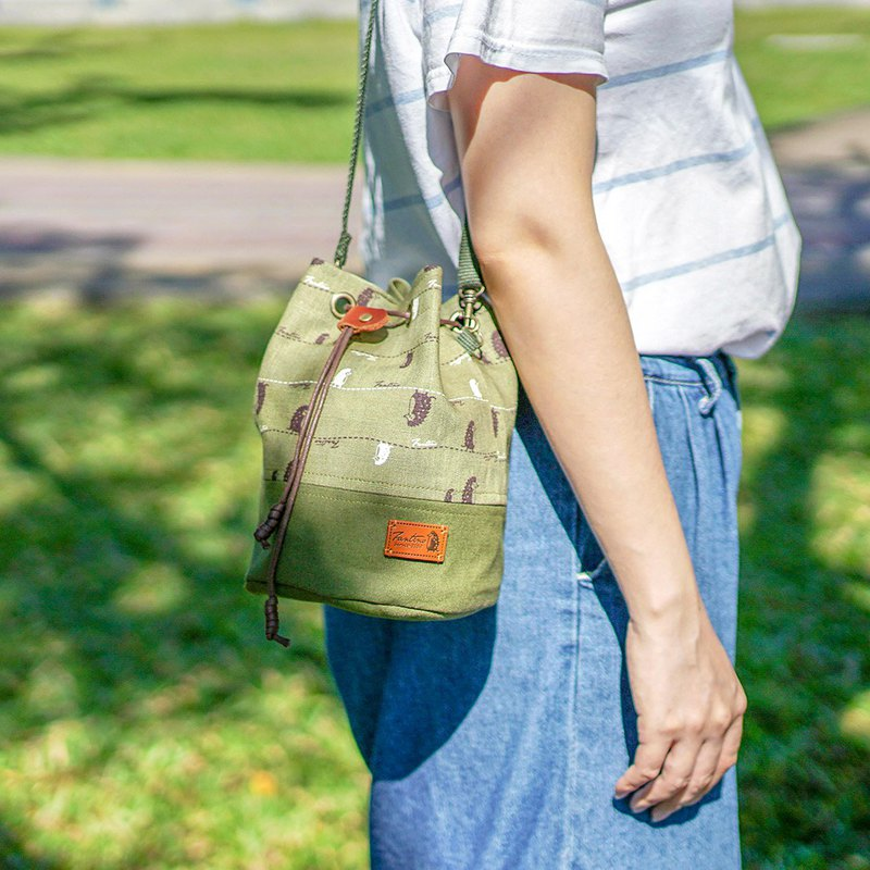 Strolling in the line between the side back drawstring bucket bag (matcha green)