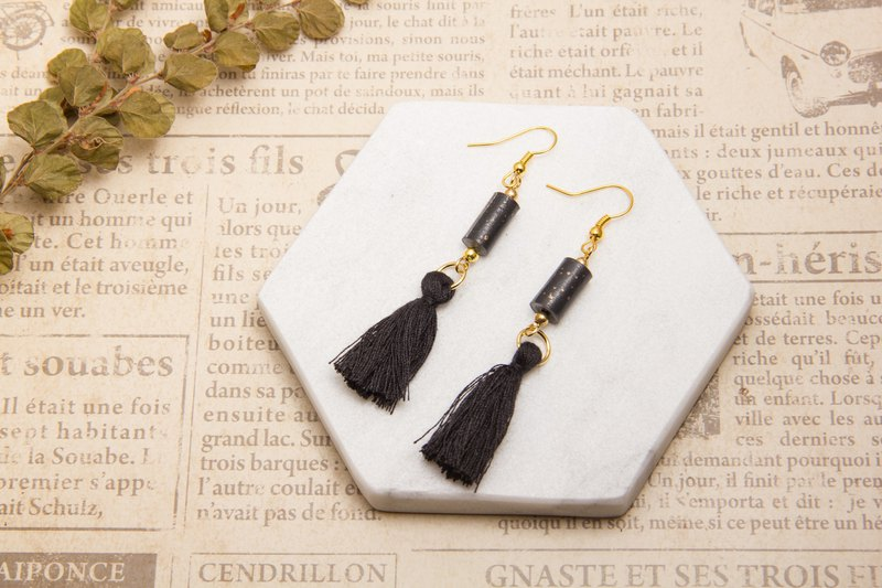 National wind tassel earrings - black