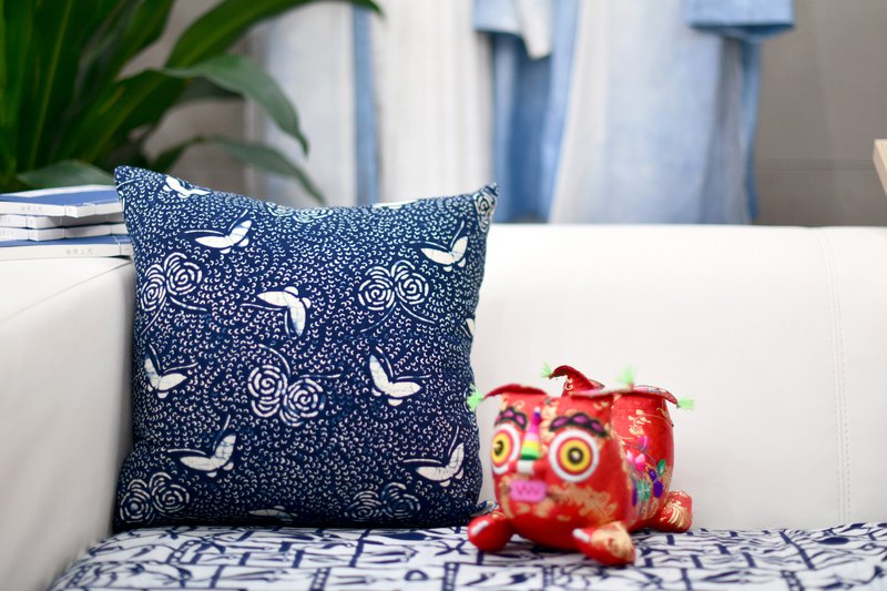 Handmade ethnic Chinese plant dyed blue dyed blue printed fabric butterfly pattern pillow pillow cushion with pillow core