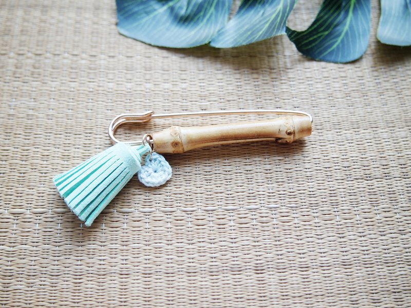 Lake green tassels and heart-shaped bamboo brooch