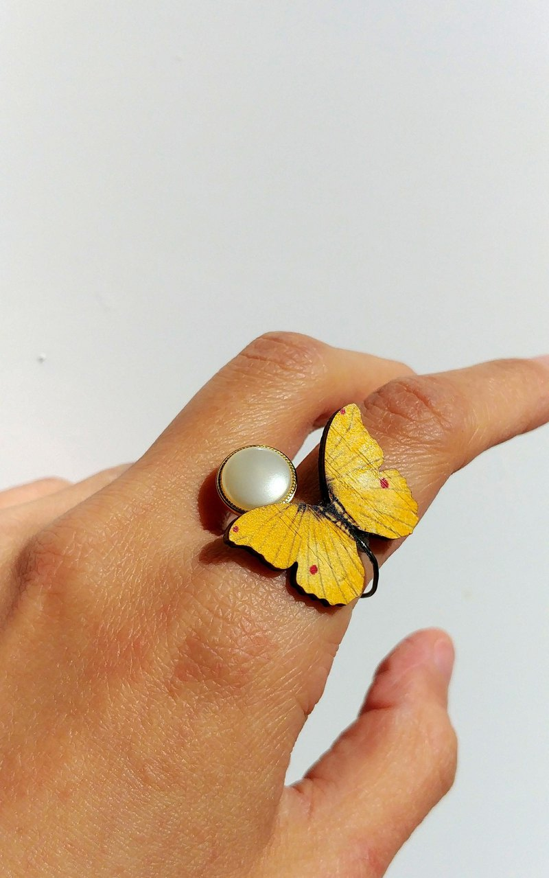 [LineWorkLab] Wood butterfly vintage button opening ring - yellow butterfly