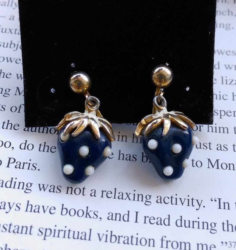 [Western antique jewelry / old age] blue strawberry clip earrings
