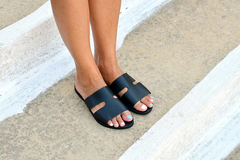 女式黑色皮套涼鞋,平底夏季皮鞋。