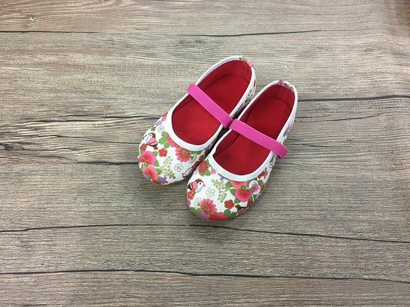 Baby shoes small sparrow white