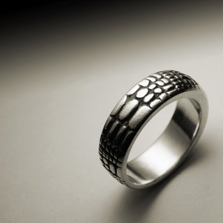 Narrow version of crocodile pattern ring