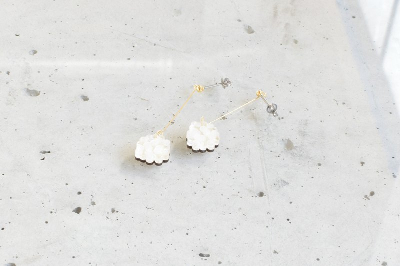 Small hydrangea swing earrings / WHITE