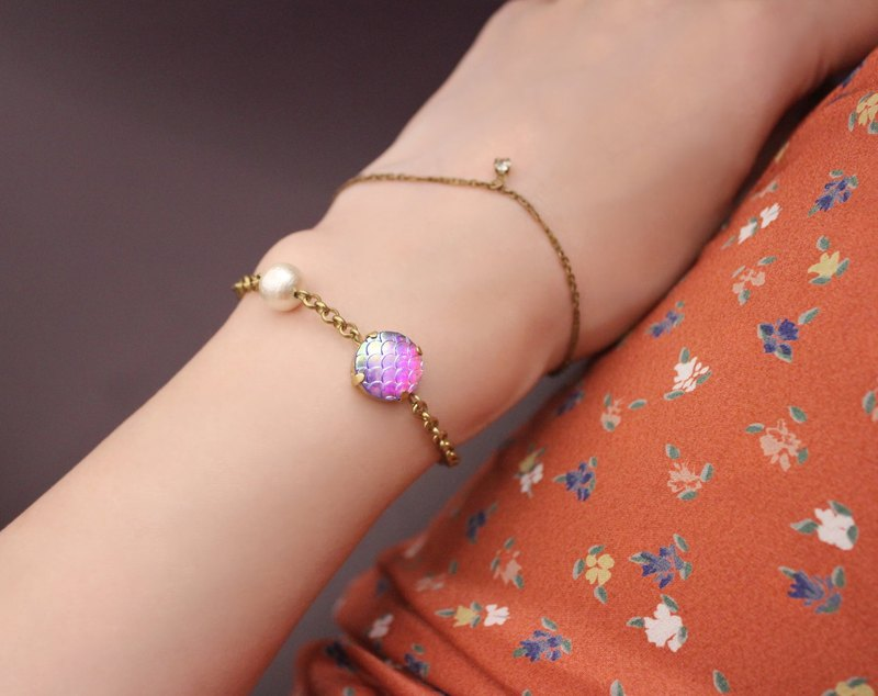 ◆hippie◆ Irised Mermaid Scale Brass Bracelet