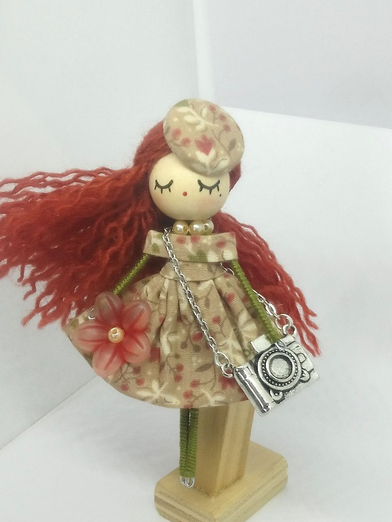 Brooch doll: photographer