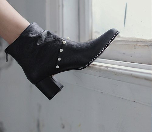 [Exhibition products 出清]Exquisite pearl trim wrinkled leather wide tube pointed thick with leather ankle boots black