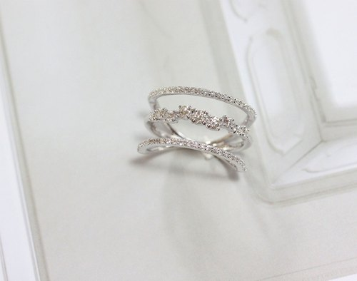 Three lines diamond ring