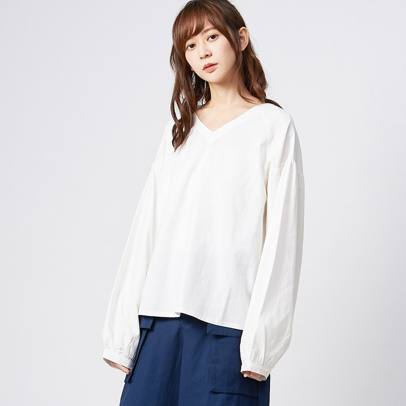 a la sha + a temperament V-neck wide sleeve shirt