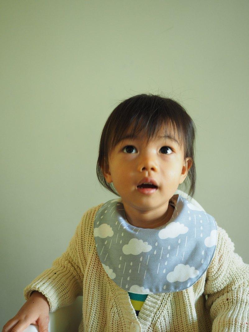 手工縫製嬰兒小童圍兜口水肩 灰藍白雲下雨圖案